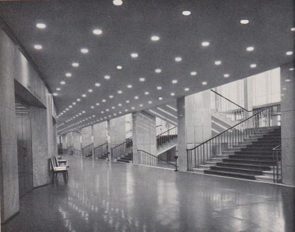 Полы зрительного и банкетного залов, лестниц, кулуаров и ряда комнат покрыты одноцветными коврами.
