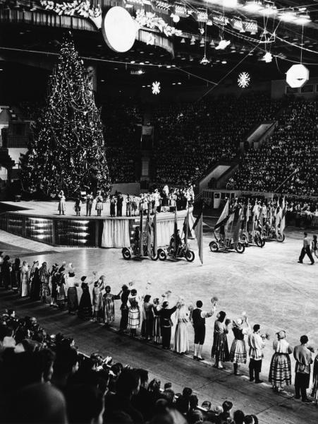 Во Дворец Спорта за здоровьем.  Новогодние ледовые представления проводятся в Лужниках каждый год и, наверное, нет...